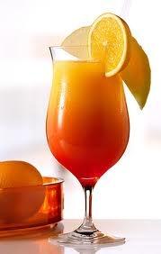 Tequila Sunrise.- 3 oz de tequila,      1 oz de Triple Sec,      1 oz de jugo de limón,    3 oz de granadina,      3 oz de jugo de naranja.      Prepare este cóctel directamente en un vaso largo enfriado con anticipación, vertiendo de manera delicada cada uno de los ingredientes para lograr el efecto de densidad.