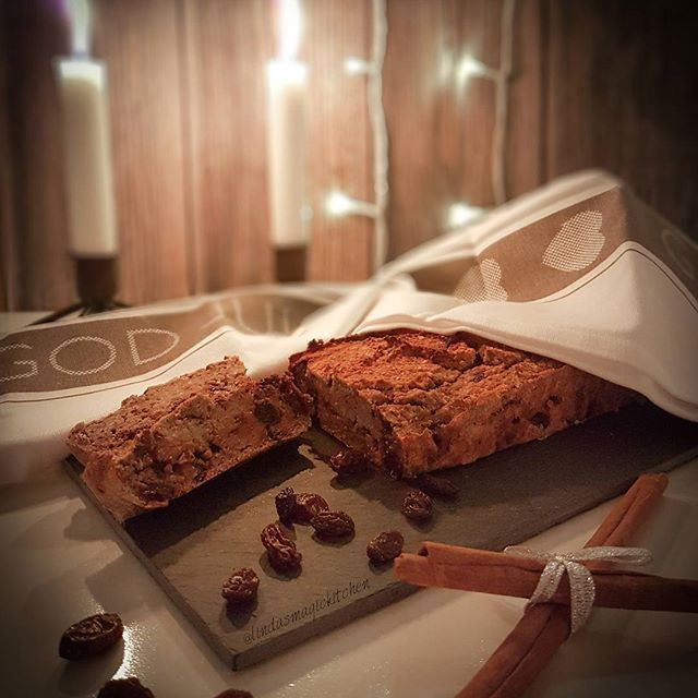 Recept: Banankaka 🍌🍫⛄🍌🍫⛄🍌🍫⛄🍌🍫 2 medelstora bananer 1,5 dl fiber havregryn 3 msk kokosmjöl 1 dl vatten 0,5 dl kokosdryck 1 tsk bakpulver 2 msk sötströ 20 g russin 50 g mörk sockerfri choklad 🎄🎄🎄🎄🎄🎄🎄🎄🎄🎄🎄 Häll allt utom russin och choklad i en matberedare. Mixa till en jämn smet. Hacka chokladen i bitar. Blanda ner russin och choklad i smeten. Häll i en brödform klädd med bakplåtspapper. In i ugnen i 40-45 minuter på 175 grader.