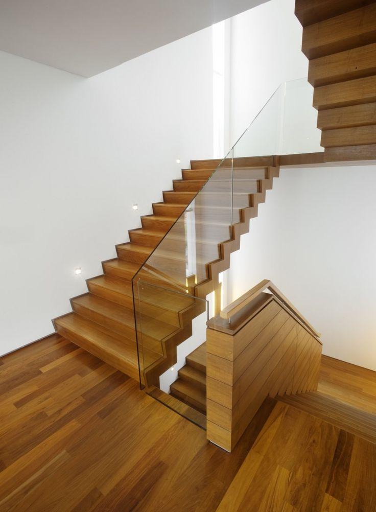 Holztreppe mit Glas