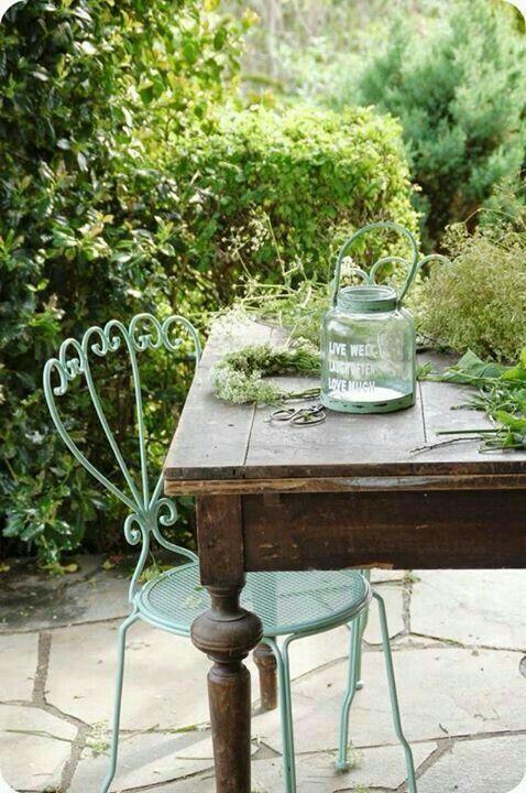 Le bois et l'acier se rencontrent sur le mobilier d'extérieur