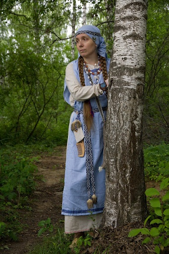 Medieval Russian costume (kolty look to be Vityach tribe). Oh, I love how the head covering reveals the braids underneath.