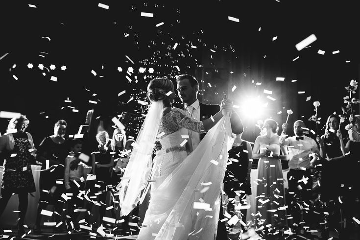 www.movies-art.de | authentische Hochzeitsfotografie und Hochzeitsfilme | MoviesArt | Hochzeitsfotograf | Hochzeitsfeier | Bräutigam | Braut | Brautpaar | Hochzeit | Hochzeitstanz | erster Tanz | Hochzeitskleid | Brautstrauß | Konfetti | Brautschleier | vsco | Hochzeitsfotografie | Videograf | Hochzeitsfilm | Hochzeitsvideo