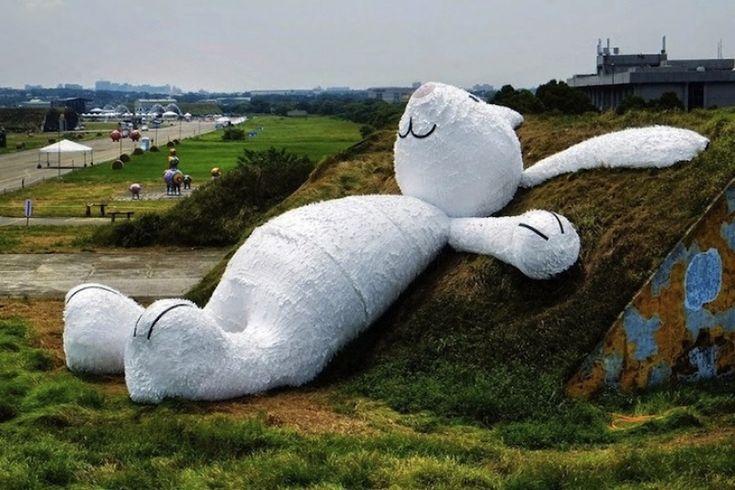 10лучших арт-проектов 2014 года 25 m Гигантский белый кролик был изготовлен в рамках ежегодного фестиваля искусств в Тайване. Он построен из дерева, пенопласта и бумаги. Художник вдохновлялся китайской мифологией, в которой есть упоминание о так называемом лунном кролике: «Лунный кролик лежит и думает о жизни, мечтая сделать невозможное возможным и воплотить задуманное в реальность».