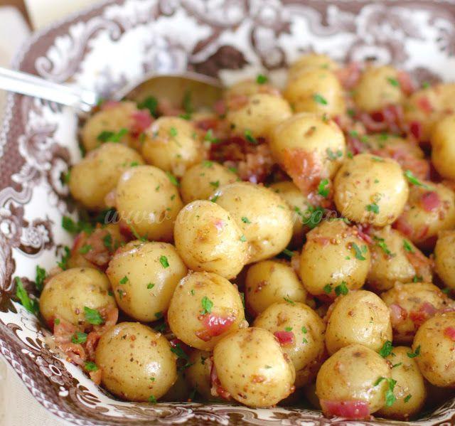 Cette salade de pommes de terre d'inspiration allemande a été rehaussée avec une pomme de terre grelot qui ne prend que 5 minutes de cuisson.