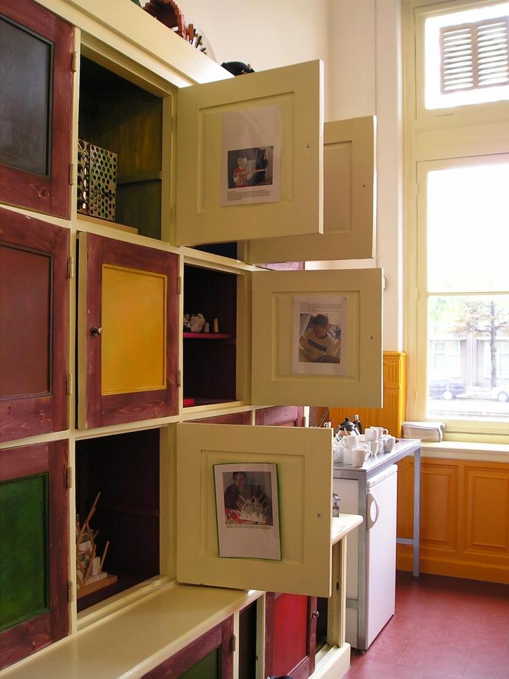 Uitnodigende kast om in te exposeren, verzamelingen te tonen, enz. in het Van Kinderen Museum te Den Haag