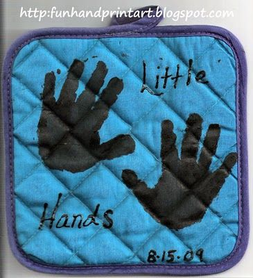 @Heidi Haugen Kathrens (this would go well with the oven mitts)   easy christmas idea Kids hand print idea. what grandma or grandpa, or parent for that matter, wouldn't love to display this in their kitchen and remember the kid(s) who made this every time they cook... I think it would make a great extra little Christmas gift: Pot holder, a child, fabric paint