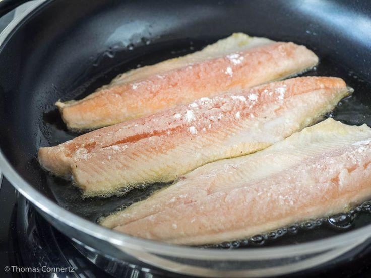 Es ist ganz einfach Fisch so zu braten, dass er nicht an der Pfanne festklebt. Die Methode funktioniert für Fischfilet, aber auch für kleine ganze Fische.