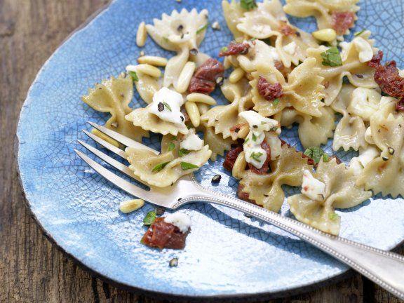 Mozzarella-Nudeln mit getrockneten Tomaten und Pinienkernen: Diese Pasta ist im ganz einfach auf dem Teller und die Nudeln liefern Ballaststoffe und B-Vitamine.
