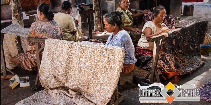 "Sejarah Batik Tulis "" Batik Pekalongan Batik sendiri dari sejak tanggal 2 oktober 2009, sudah ditetapkan oleh UNESCO sebagai warisan kemanusiaan untuk budaya lisan dan nonbendawi. Baik dari teknik membatiknya, teknologi membatiknya serta pengembangan motif dan budaya semuanya menjadi warisan kemanusiaan. http://goo.gl/Y7RPpr"
