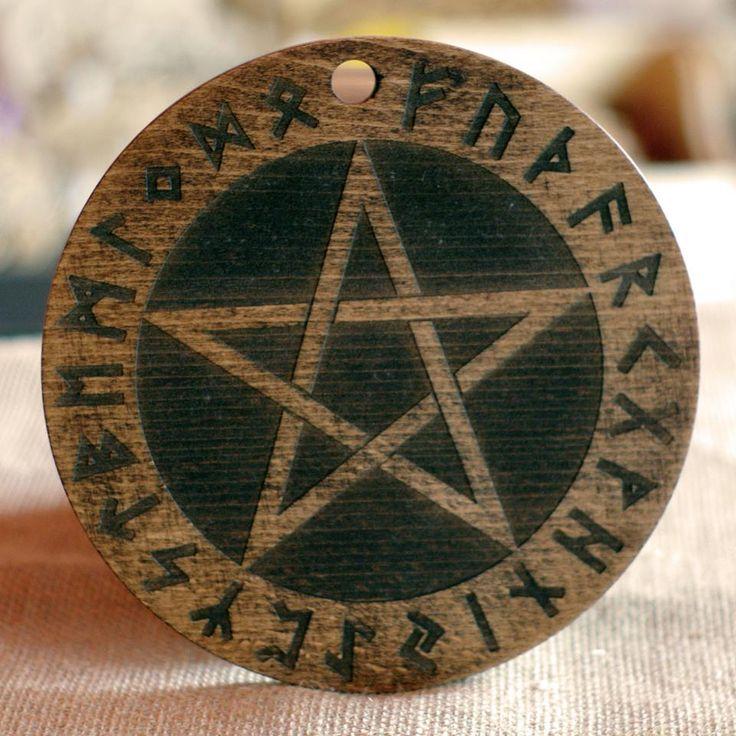 Pentagram runiczny z drewna bukowego, grawerowany laserowo, postarzany, wykończony olejem lnianym.  śr. 18 cm, gr. 8 mm #PracowniaKonkretu #pentagram #wood