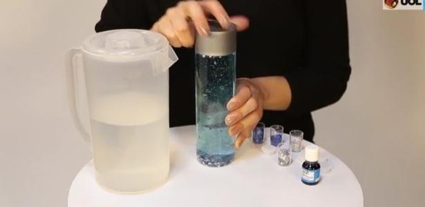 """Um pote transparente, glitter, estrelas metálicas e água. Com apenas esses ingredientes simples, encontrados em papelarias, é possível criar um """"pote da calma"""" (calming jar, em inglês).A técni"""