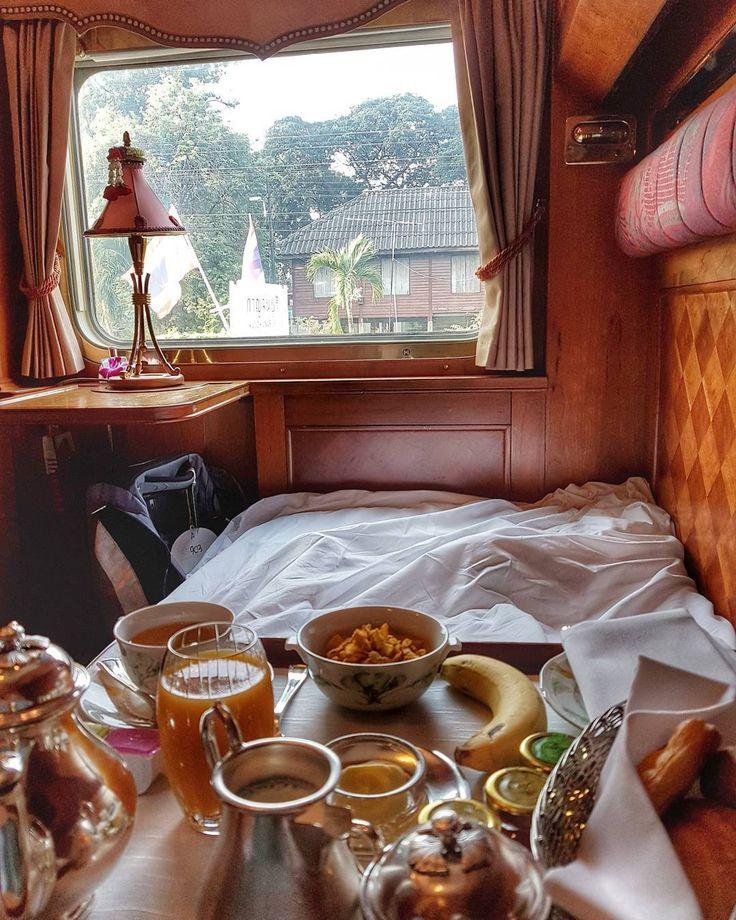 Estou na cama, tomando meu café da manhã, em minha cabine privativa, olhando a Tailândia passar pela janela e escutando o barulho das rodas contra os trilhos... música para os ouvidos. Uma jornada inesquecível que todos deviam fazer uma vez na vida. Durante a viagem a bordo do trem de luxo Belmond Eastern & Oriental Express.   Clique na foto para saber mais detalhes ou acesse www.acamminare.com.