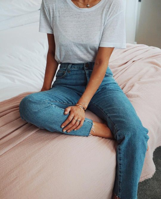 For a perfect French style, keep it simple with mom jeans and loose white tee