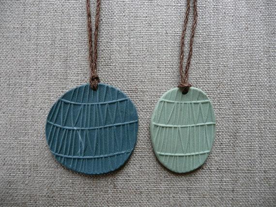 lovely, simple porcelain necklaces: Ideas, Craft, Porcelain Necklaces, Ceramics Porcelain Tableware, Jewelry Porcelain, Pendants Necklaces, Simple Porcelain, Porcelain Glazed Pieces