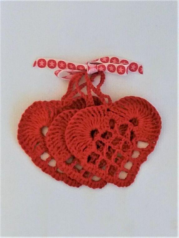 1 Sett m/3 røde, hekla hjerter.