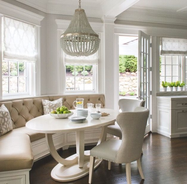 Breakfast nook ideas. Oval tablr. Banquette.