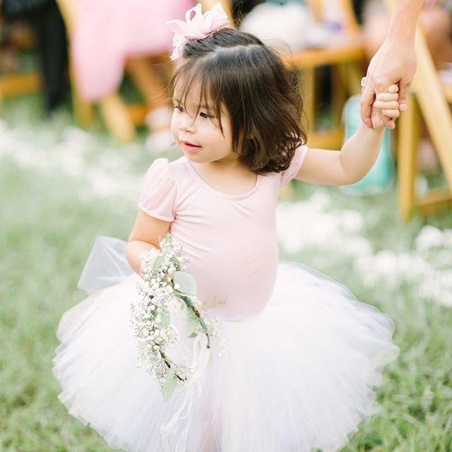"""""""Wedding Wednesday: wie wilt nou niet zo'n schattig bloemenmeisje op haar bruiloft 😍?! Foto: @mustardseedphotography #WeddingdecoNL #weddingdeco #weddingwednesday #blowergirl #bloemenmeisje #tutu #ballerina #littlegirl #bruiloft #trouwen #huwelijk #wedding #verloofd #engaged #fairytalewedding #hetnieuwetrouwen #weddingideas #pursuepretty #weddinginspiration #soloverly #thatsdarling #flowercrown #bloemenkrans #toocute #schattig #weddingphoto #trouwfotograaf #weddingpictures"""" by…"""