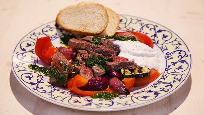 Biefstuk met gegrilde groente en knoflookyoghurt - De Makkelijke Maaltijd | 24Kitchen