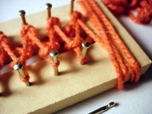 Aprende una manera sencilla de hacer tú mismo tu propia bufanda usando un telar rectangular o tablita para tejer.