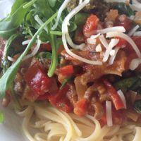 Koop jij nog regelmatig kant-en-klare potjes of zakjes pastasaus in de supermarkt? Stop daar dan maar direct mee, want het kan lekkerder én gezonder! Hoe? Maak het zelf! In de kant-en-klare producten