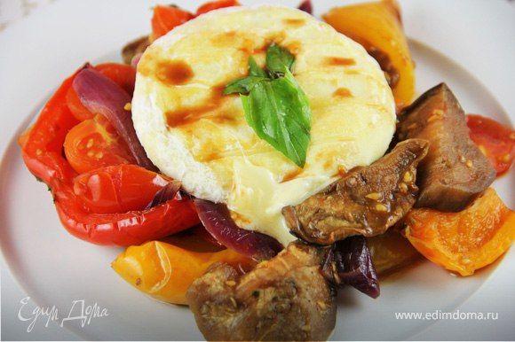 Запеченные овощи с базиликом и жареным сыром  Попробуйте оригинальное сочетание запеченных овощей, базилика и жареного сыра. Для приготовления блюда подойдет сулугуни, адыгейский сыр, бри или камамбер. #готовимдома #едимдома #кулинария #домашняяеда #овощи #запеченные #сыр #жареный #базилик #зелень #закуска #гарнир #ужин #легкоеблюдо