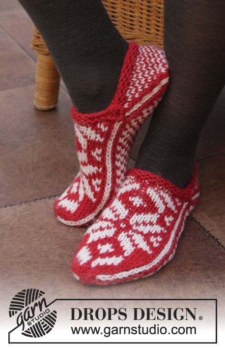 Show off your holly jolly spirit in these pretty #Christmas slippers with Norwegian pattern by #DROPSDesign. Pattern available now online!