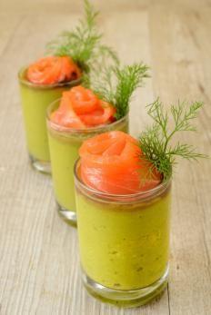 Rotolini di salmone su crema di avocado http://www.gustissimo.it/ricette/antipasti-pesce/rotolini-di-salmone-su-crema-di-avocado.htm
