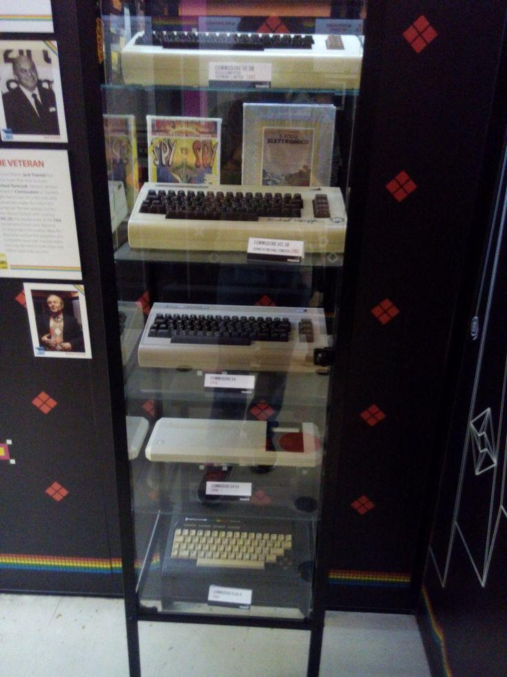 Vetrina Commodore. Due Vic 20, poi un Commodore 64 Gaming System e Commodore 16.