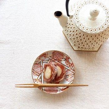 古くから愛でてこられた豆皿。およそ6cm~10cmほどのこの小さなお皿は、食卓の名脇役であり、カタチもさまざま、色とりどり。デザインも豊富です。