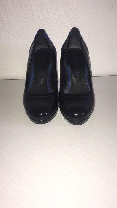 Escarpins noirs vernis à talons haut en daim bleu Eram ! Taille 36  à seulement 10.00 €. Par ici : http://www.vinted.fr/chaussures-femmes/escarpins-and-talons/25544204-escarpins-noirs-vernis-a-talons-haut-en-daim-bleu.
