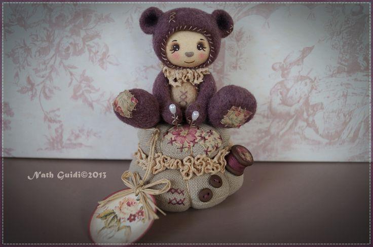 Petit ours de collection en laine cardée assis sur un coussin façon pique-aiguilles : Accessoires de maison par la-fee-chiffonnee