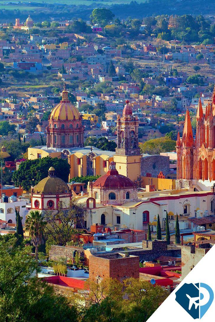 Durante el mes de junio, no te puedes perder el Desfile de los Locos, un evento que cada año cobra mayor popularidad. En el marco de esta fiesta, que se lleva a cabo el domingo siguiente al Día de San Antonio, los participantes tienen que disfrazarse y regalar dulces al público que asiste. Te la pasarás increíble. San Miguel de Allende, Guanajuato.