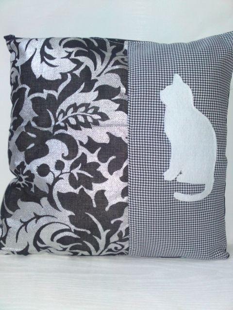 Dekoratív cicás párnahuzat, Otthon, lakberendezés, Lakástextil, Párna, 40/40 cm-s párnahuzat,ami cipzáros. Olasz jó minőségű anyagból készült,aminek az elejére f..., Meska