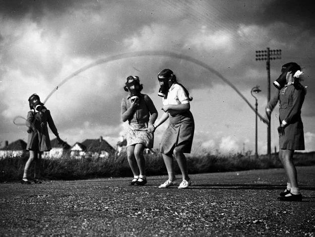 İngiltere'nin güney kıyı şerinde geçici evleri olan parklarda gaz maskleriyle oynayan Londralı çocuklar, 1940.