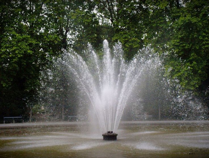 I don't know about you, but where I'm standing it's extremely hot. I have to admit that I've missed complaining bout the heat. So, you are suffering as much as I do, then here's a refreshing photo I took a few years park in Brussels Park. Splash!