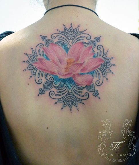 Lotus_tattoo_girl_back_tatuaje_color_fete_spate_tatuajebucuresti