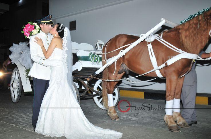 Fotografía de Novios.  #caballo# #carruaje# #novios# #parejas# #bodas# #compromiso# #besos# #photograpy# #ramo#