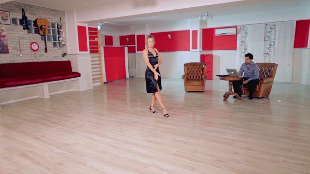 Argentine tango - Musicality: playing with steps and decorations within the same phrase using different beats. Watch the entire lesson on www.tangomeet.com.