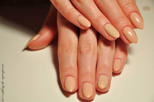 manicure hybrydowy, paznokcie nude, szron na paznokciach,