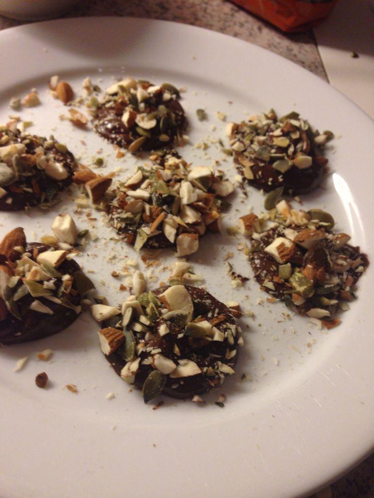 Hjemmelaget sjokolader med akkende mandler og gresskarfrø