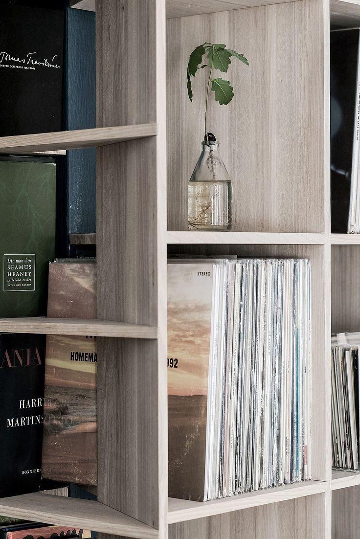 ...med en elegant platsbyggd bokhylla. Karl Gustavsgatan 33 - Bjurfors