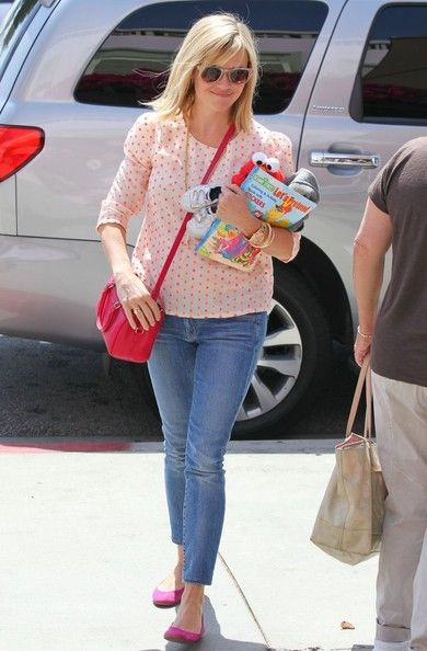 Reese Witherspoon Photos - Reese Witherspoon & Family Out For Lunch In Santa Monica - Zimbio