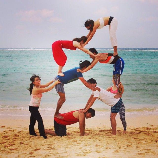 組体操を思い出す♪ さすがに海を眺める余裕はなかったです。笑  みんなで楽しみましたーっ!! #acroyoga #acroyogajapan #beachyoga #okinawa #沖縄 #アクロヨガ #アクロヨガ #ヨガ #ヨガポーズ #組体操 #ペアヨガ #パートナーヨガ #sea #japan #トレーニング