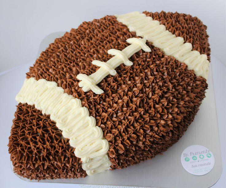 Pastel temático de balón de futbol americano relleno de Nutela para celebrar un dulce cumpleaños.