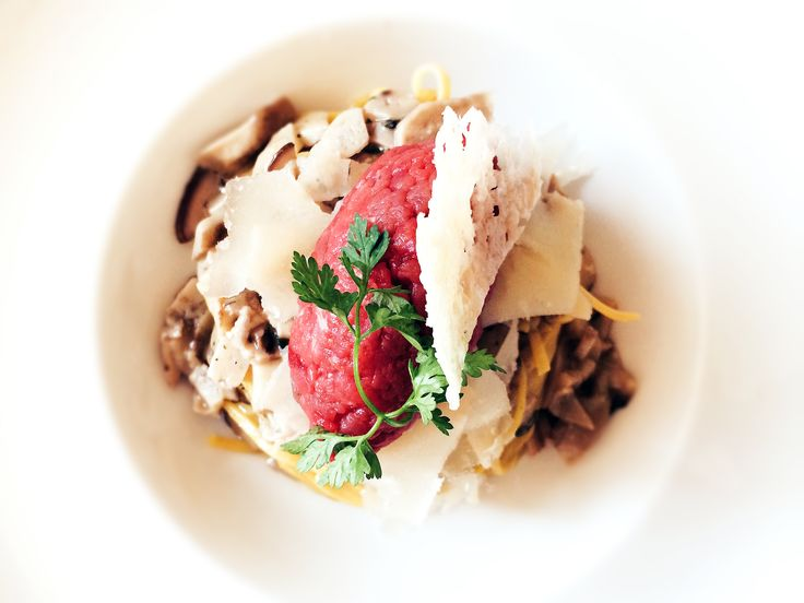 Tagliolini all'uovo fatti a mano con porcini freschi, timo, battuta di manzo e scaglie di Parmigiano Reggiano 24 mesi