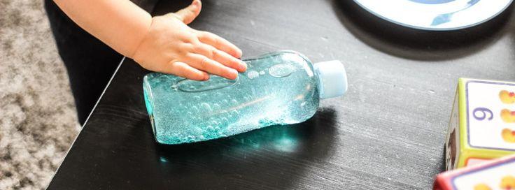 …nein, damit ist KEIN alkoholisches Getränk für Eltern gemeint! ;-) Die Flasche der Ruhe, Sinnesreizflaschen oder auch Sensory Bottles genannt, findet man inunzählige Variationen im Internet…