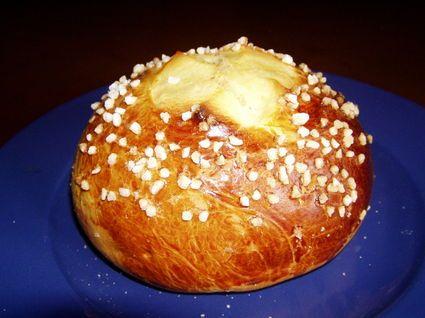 MOUNA ORANAISE DE PAQUES (Pour 6 P : 1 kg de farine, 40 g de levure fraîche, 1 pincée de sel, 5 œufs, 250 g de beurre, 1 zeste de citron, 1 zeste d'orange, le jus de l'orange, 1 c à s de grains d'anis, 250 g de sucre, 1 jaune d'oeuf, sucre en grains)
