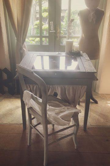 エクリュな世界観が広がるナチュラルなフレンチアンティークのディスプレーテーブル。世界観のあるアンティークデスク。アンティークがある暮らしを楽しむ古材のコーディネーター アンティークテーブルを扱うアンティーク家具専門通販サイト パディントン paddington