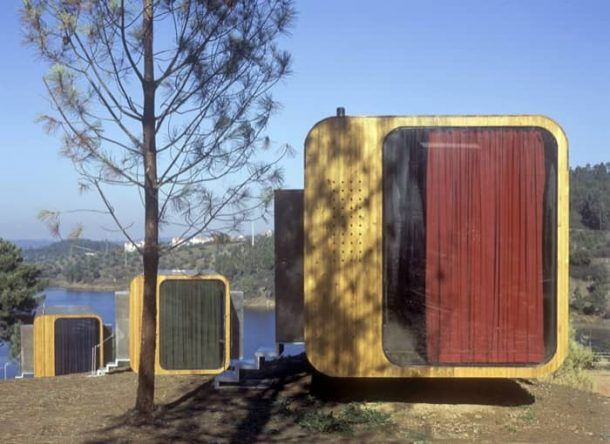 Imágenes de unos pods prefabricados DST utilizados como método de alojamiento rural en un Club Náutico de Portugal. Arquitectura sostenible.