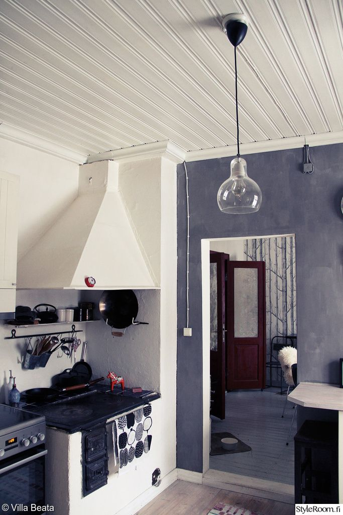 """Vanha liesi muistuttaa """"Kamicha""""n talon juurista modernin rinnalla.  #styleroom #inspiroivakoti #keittio"""